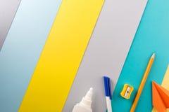 Fournitures de bureau d'école et sur le fond rayé lumineux concept : de nouveau à l'école, minimalisme images stock