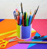 Fournitures de bureau d'école et sur le papier de couleur Images stock