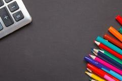 Fournitures de bureau d'école sur un fond de tableau Images libres de droits
