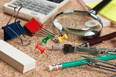 Fournitures de bureau dans une pagaille sur la table Images stock