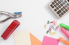 Fournitures de bureau et calculatrice colorées Photographie stock libre de droits