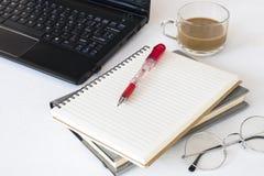Fournitures de bureau de planificateur et d'ordinateur de carnet photo libre de droits