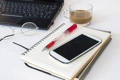 Fournitures de bureau de planificateur et d'ordinateur de carnet photographie stock