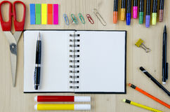 Fournitures de bureau s'étendant sur un fond en bois de bureau Vue supérieure Crayons, ciseaux, marqueurs, autocollants, repères, Photographie stock libre de droits