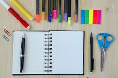 Fournitures de bureau s'étendant sur un fond en bois de bureau Vue supérieure Crayons, ciseaux, marqueurs, autocollants, repères, Images libres de droits