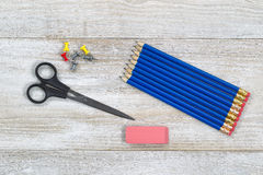 Fournitures de bureau simples sur le bureau en bois Photos libres de droits
