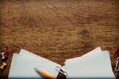 Fournitures de bureau sur la surface en bois avec l'espace de copie Photo stock