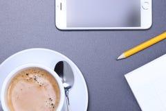 Fournitures de bureau sur le bureau Image libre de droits