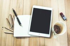 Fournitures de bureau, tasse de café vide, et comprimé Image stock