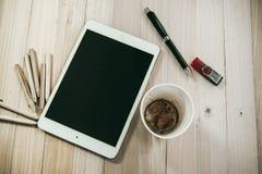 Fournitures de bureau, tasse de café vide, et comprimé Images libres de droits