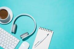Fournitures de bureau Vue supérieure sur le carnet ouvert, stylo, écouteur et photos libres de droits