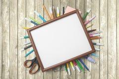 Fournitures scolaires avec le cadre vide sur la table Photo libre de droits
