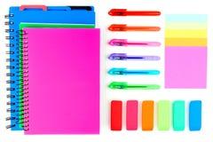 Fournitures scolaires colorées sur un fond blanc Au-dessus de la vue Photo stock