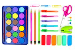 Fournitures scolaires colorées sur un fond blanc Au-dessus de la vue Photographie stock