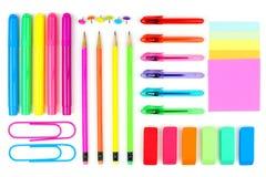 Fournitures scolaires colorées sur un fond blanc Au-dessus de la vue photo libre de droits
