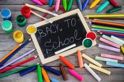 Fournitures scolaires, crayons, stylos, craie Photo libre de droits