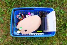Fournitures scolaires dans le caddie De nouveau aux éléments de conception d'école Image stock