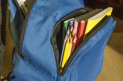 Fournitures scolaires dans le sac ouvert Images libres de droits