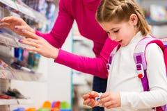 Fournitures scolaires de achat de famille dans le magasin de papeterie photo stock