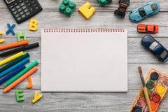Fournitures scolaires et carnet vide Photos libres de droits