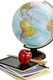 Fournitures scolaires et globe Photos stock