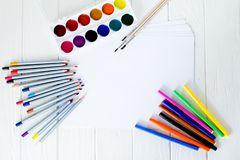 Fournitures scolaires pour dessiner sur la table : papier, crayons, peintures, marqueurs Photos libres de droits
