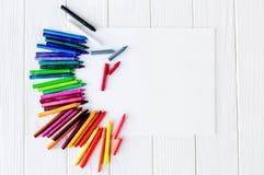 Fournitures scolaires pour dessiner sur la table : papier, crayons, peintures, marqueurs Photo stock