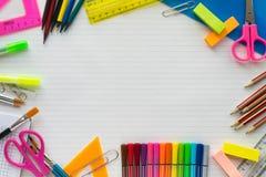 Fournitures scolaires sur la feuille à un arrière-plan de règle Vue sup?rieure images stock