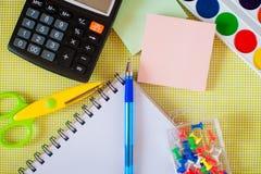 Fournitures scolaires sur la table Photographie stock libre de droits