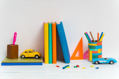 Fournitures scolaires sur la table Image libre de droits