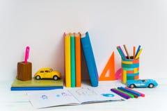 Fournitures scolaires sur la table Images stock
