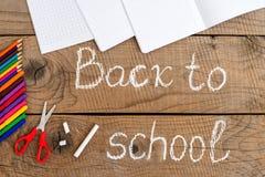 Fournitures scolaires sur la table de vintage avec de nouveau à l'inscription d'école Images libres de droits