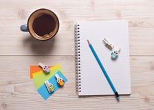 Fournitures scolaires sur le bureau Photo libre de droits