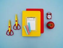 Fournitures scolaires sur le fond bleu De nouveau à l'école kindergarten photographie stock