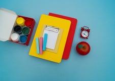 Fournitures scolaires sur le fond bleu De nouveau à l'école kindergarten photographie stock libre de droits