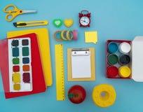 Fournitures scolaires sur le fond bleu De nouveau à l'école kindergarten photo stock