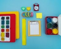Fournitures scolaires sur le fond bleu De nouveau à l'école kindergarten photos stock