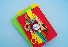 Fournitures scolaires sur le fond bleu De nouveau à l'école kindergarten images stock
