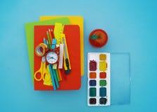 Fournitures scolaires sur le fond bleu De nouveau à l'école kindergarten photos libres de droits