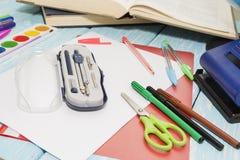 Fournitures scolaires sur le fond bleu en bois crayons, marqueurs, peintures, Images libres de droits