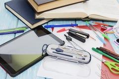 Fournitures scolaires sur le fond bleu en bois crayons, marqueurs, peintures, Photos libres de droits