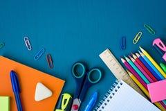 Fournitures scolaires sur le fond bleu photo stock