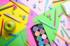 Fournitures scolaires sur le fond coloré Photo libre de droits