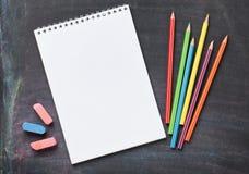 Fournitures scolaires sur le fond de tableau noir Image libre de droits