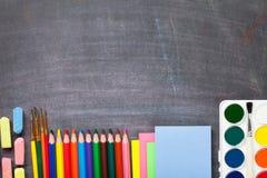 Fournitures scolaires sur le fond de tableau noir Photo libre de droits