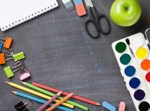 Fournitures scolaires sur le fond de tableau noir Images libres de droits