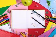 Fournitures scolaires sur le fond de tableau noir avec l'espace de copie Vue supérieure Photos stock