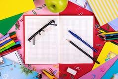 Fournitures scolaires sur le fond de tableau noir avec l'espace de copie Vue supérieure Photos libres de droits