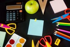Fournitures scolaires sur le fond de tableau noir prêt pour votre conception Photographie stock