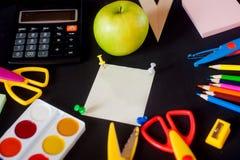Fournitures scolaires sur le fond de tableau noir prêt pour votre conception Image stock